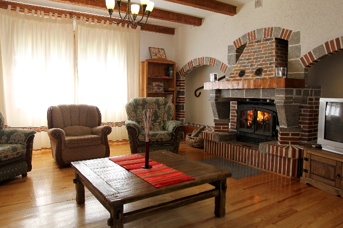 Salón  Amplio y acogedor salón con chimenea